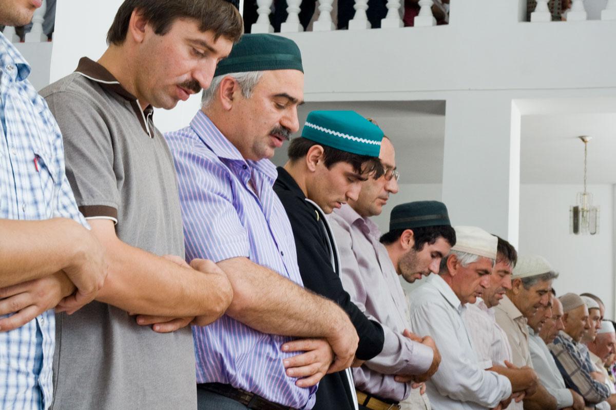 Заполняйте первые ряди и стойте вплотную друг к другу совершая молитву