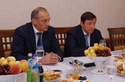Встреча А. Хлопонина   и М.Магомедова  с семьей Максуда Садикова